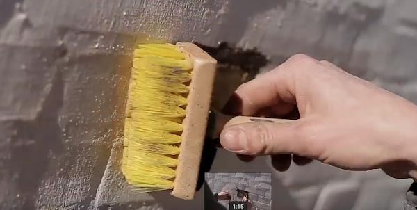 Mursten børstes ren efter lukning af hul